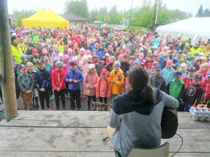 tori täynnä lapsia seuraamassa nuorten konserttia